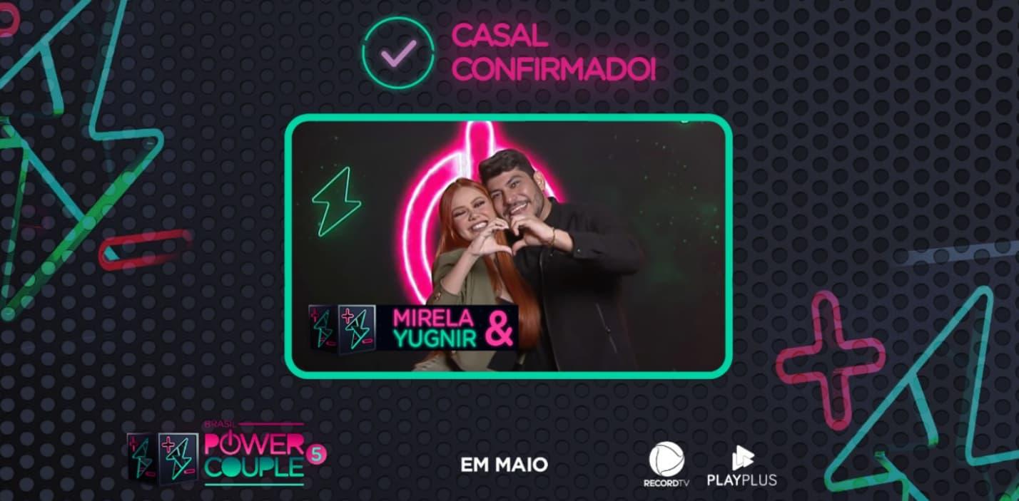 Imagem promocional do Power Couple Brasil apresentando a confirmação de Mirela e Yugnir - abraços no centro - como casais participantes.