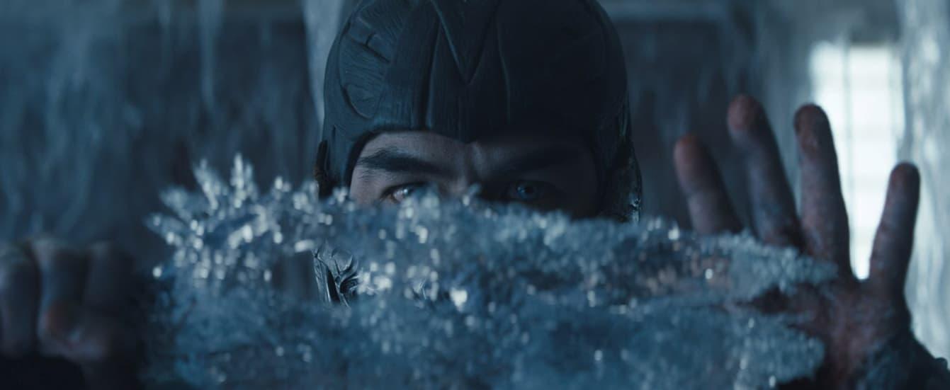 Personagem Sub-Zero controlando o gelo com as mãos.
