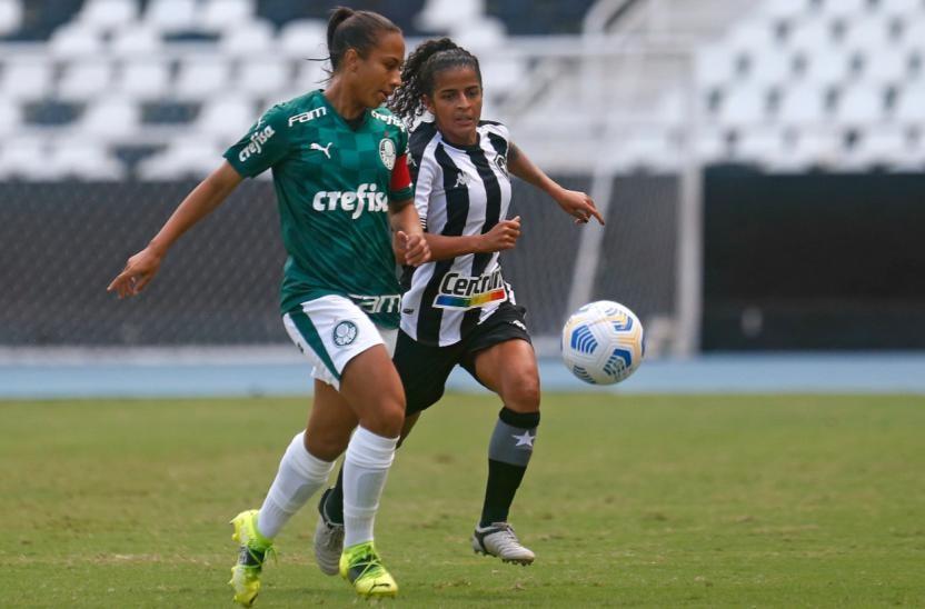 Jogadora do Palmeiras e Atlético Mineiro disputam a bola em partida do Campeonato Brasileiro Feminino de 2021
