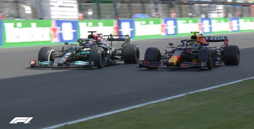 Dois carros de Fórmula 1 disputam o GP Portugal de 2021