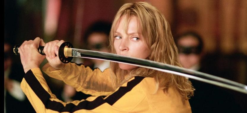 Personagem de Uma Thurman, em um uniforme amarelo e preto, segurando uma espada.