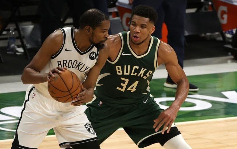 Jogador dos Nets e Bucks em jogo de basquete da NBA 2021