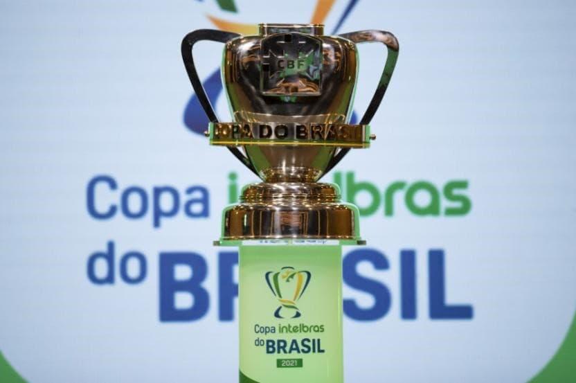 Taça da Copa do Brasil em Pedestal a frente do Logo do Campeonato